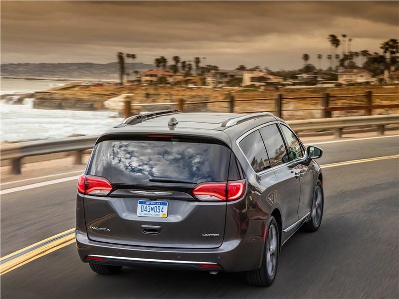 Chrysler Pacifica 2017 вид сзади
