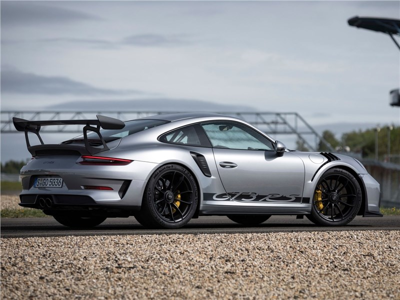 Porsche 911 GT3 RS 2019 вид сбоку сзади