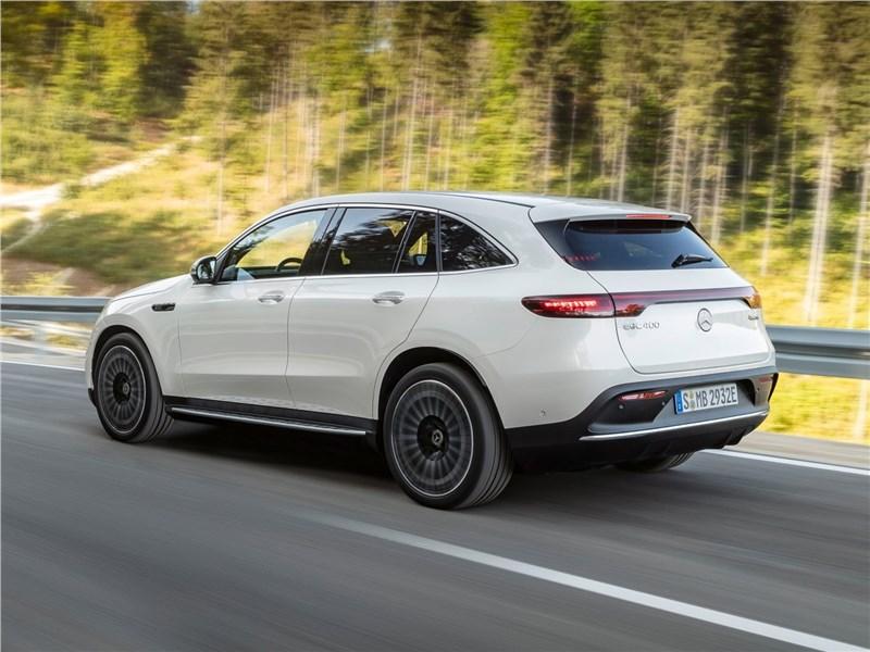 Mercedes-Benz EQC 2020 вид сзади сбоку