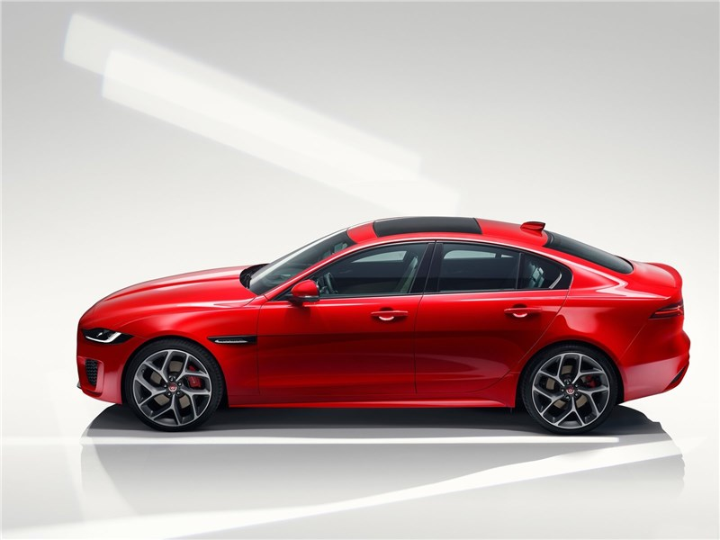Jaguar XE 2020 вид сбоку