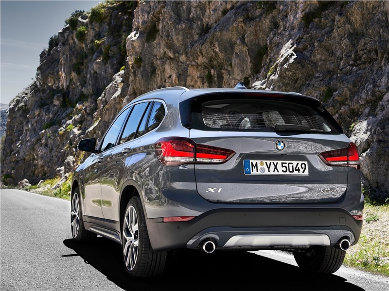 BMW X1 2020 вид сбоку