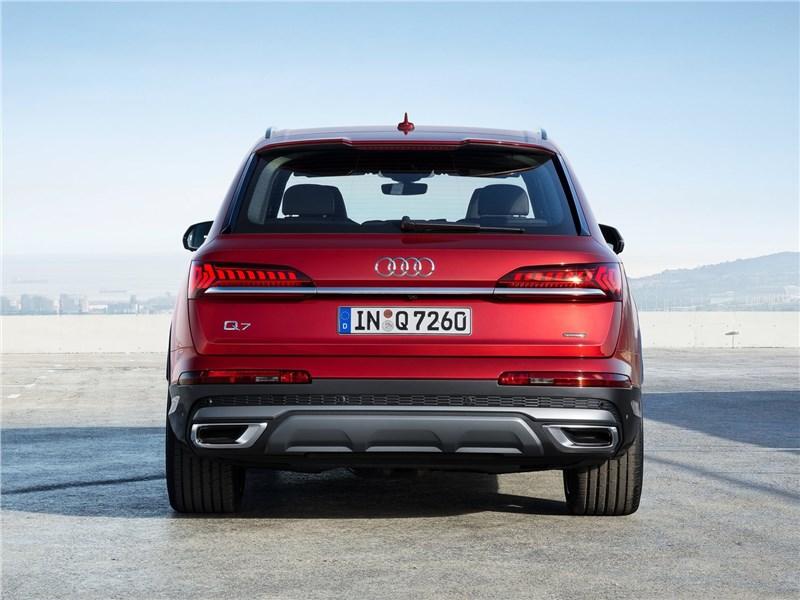 Audi Q7 2020 вид сзади