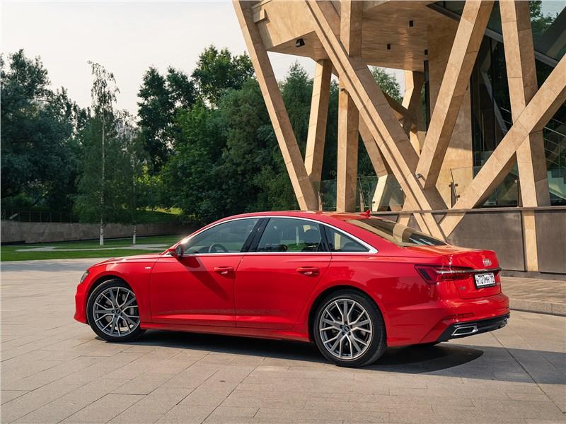 Audi A6 55 TFSI quattro 2019 вид сбоку сзади