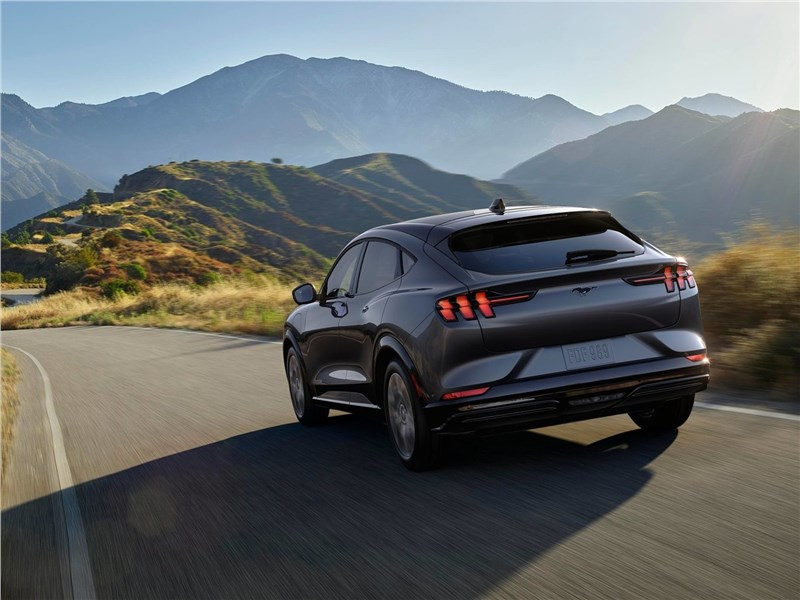 Ford Mustang Mach-E 2021 вид сзади