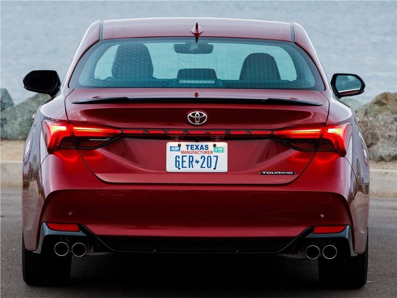 Toyota Avalon (2019) вид сзади
