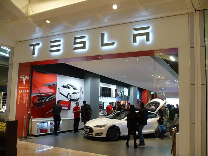 Tesla кидает своих клиентов