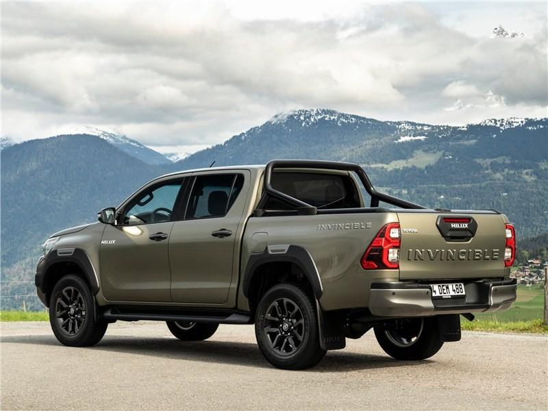 Toyota Hilux (2021) вид сзади