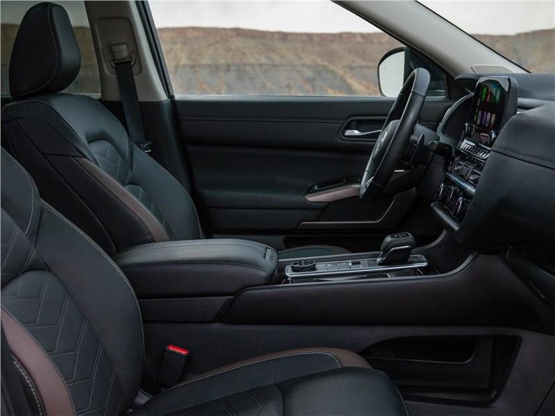 Nissan Pathfinder (2022) передние кресла