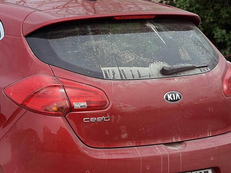 Kia cee'd 2012 стекло двери багажника после пыльной дороги