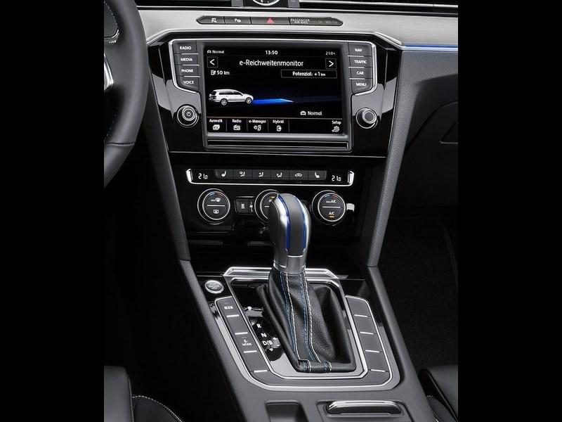 Volkswagen Passat GTE 2015 центральный туннель