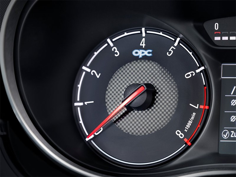 Opel Corsa OPC 2015 тахометр