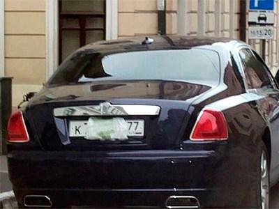 Российские водители уже перестали закрывать номера машин на парковках