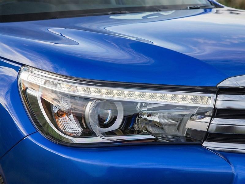 Toyota HiLux 2016 передняя фара