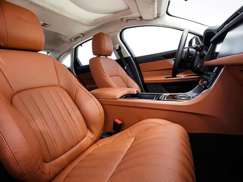 Jaguar XF 2016 передние кресла