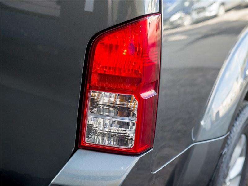 Nissan Pathfinder 2010 задний фонарь