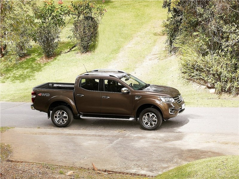 Renault Alaskan 2017 вид сбоку сверху