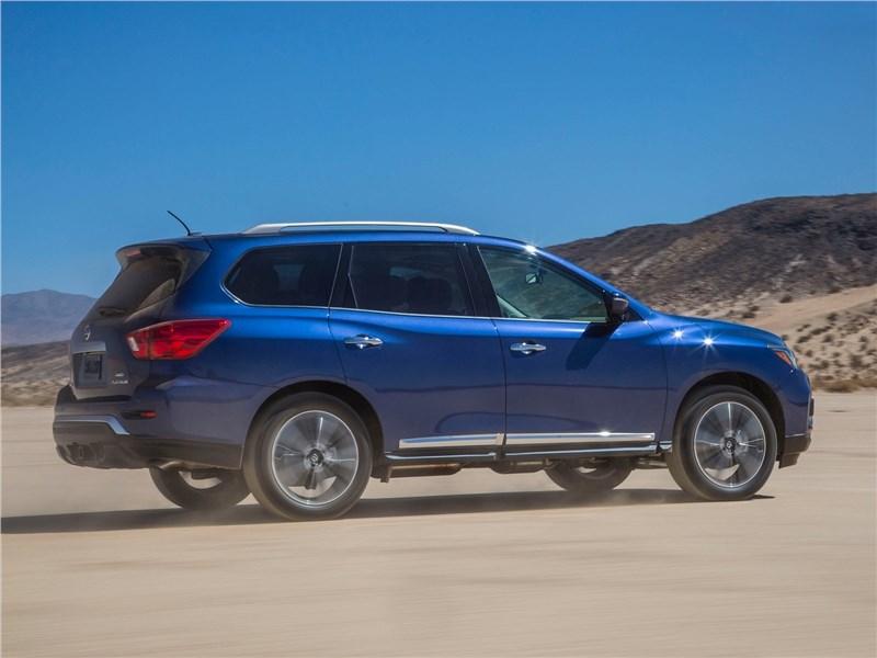 Nissan Pathfinder 2017 вид сбоку