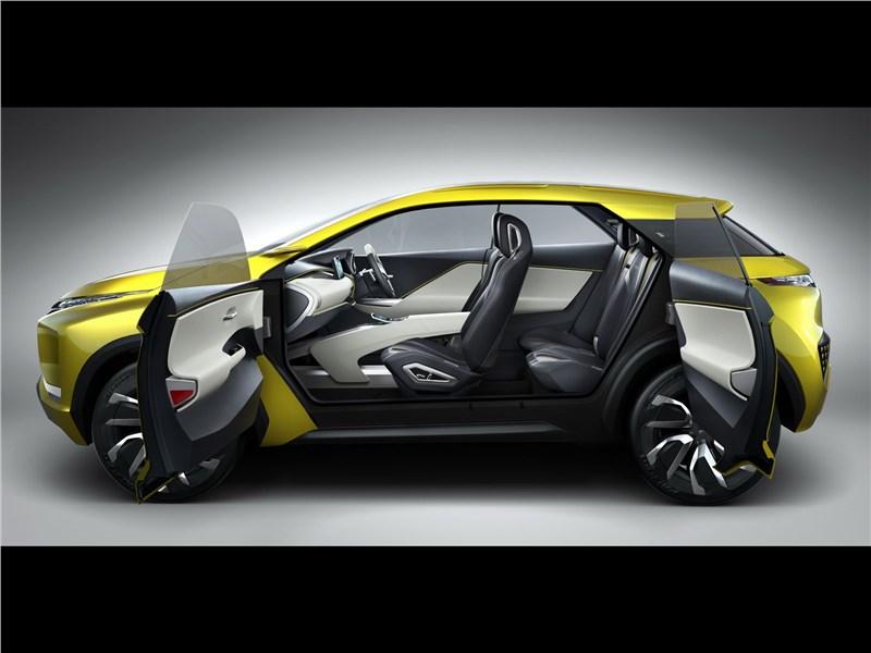 Mitsubishi XM 2016 вид сбоку с открытыми дверями