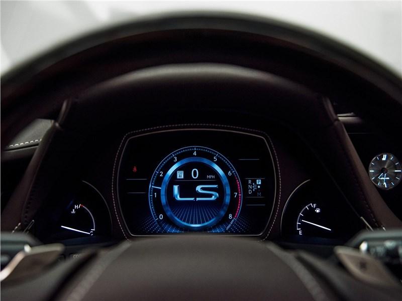 Lexus LS500 2017 приборная панель