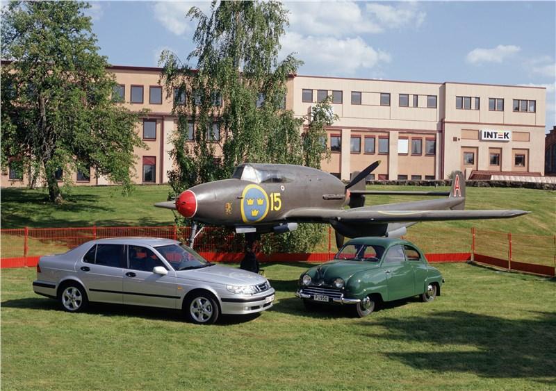 Saab 9-5 2001 седан рядом с первым саабовским прототипом