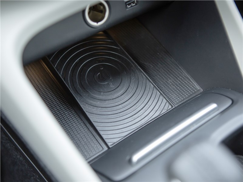 Volvo XC40 2018 беспроводная зарядка