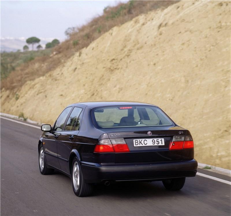 Saab 9-5 2001 седан вид сзади в динамике