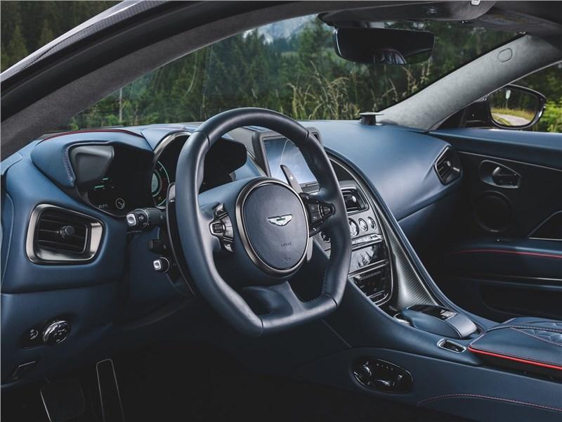 Aston Martin DBS 2019 водительское место