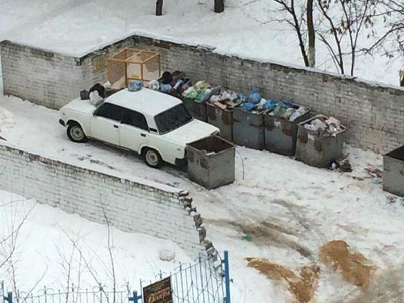 Водителей хотят штрафовать за парковку у мусорных контейнеров
