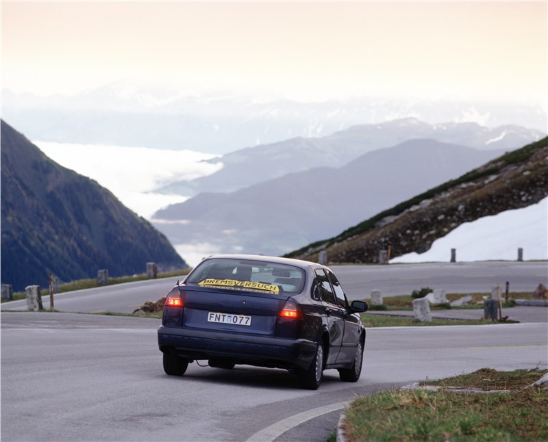 Saab 9-5 2001 седан тест на дороге в горной местности