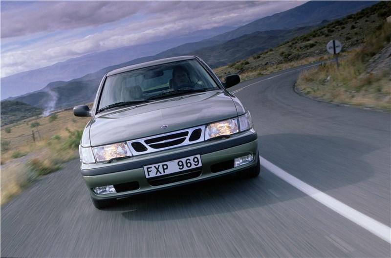 Saab 9-3 2001 трехдверный хэтчбек вид спереди в динамике
