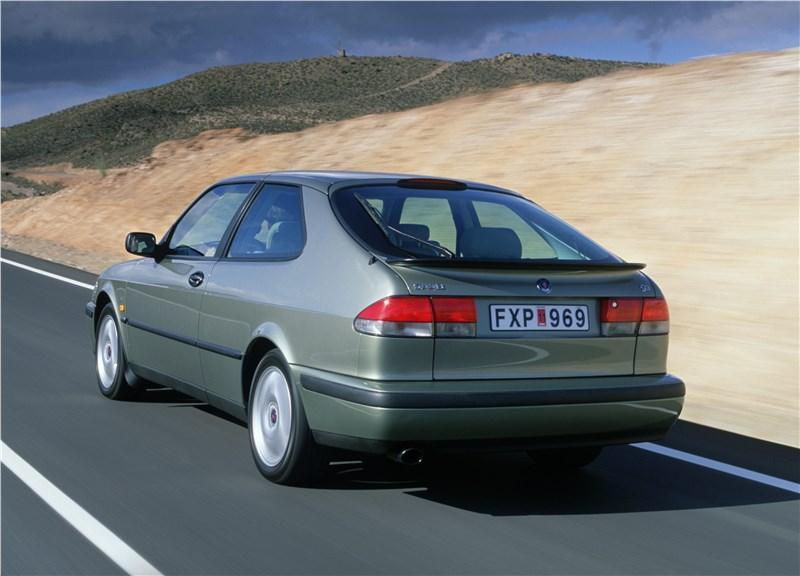 Saab 9-3 2001 трехдверный хэтчбек вид сзади слева в динамике