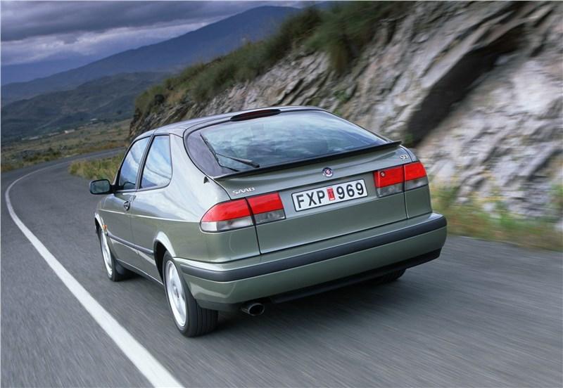 Saab 9-3 2001 трехдверный хэтчбек вид сзади слева в динамике фото 2