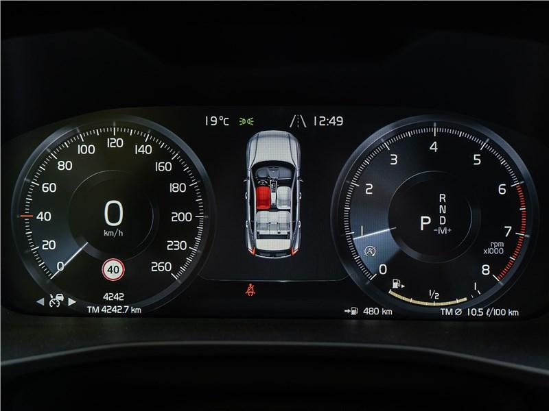 Volvo XC40 2018 приборная панель