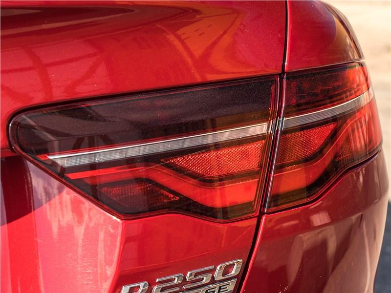 Jaguar XE P250 2020 задний фонарь