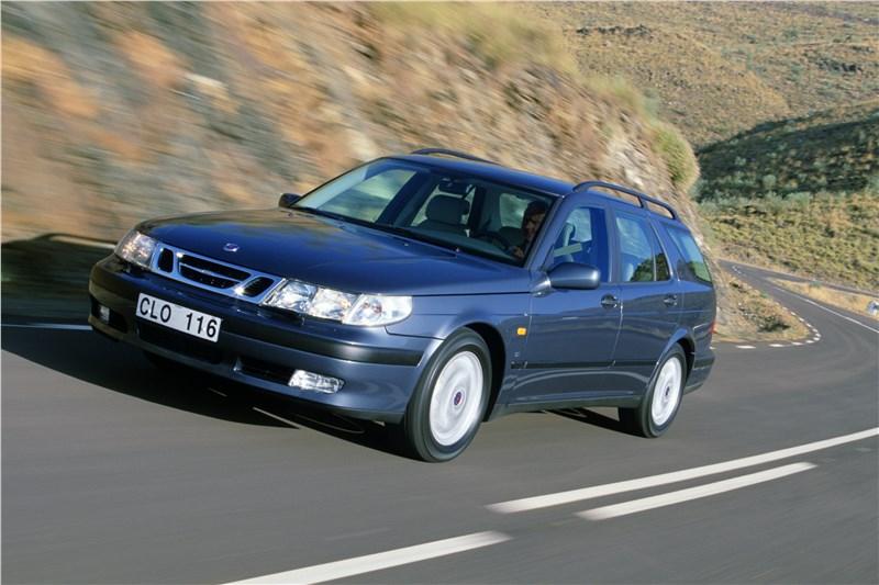 Saab 9-5 2001 универсал в динамике вид спереди слева