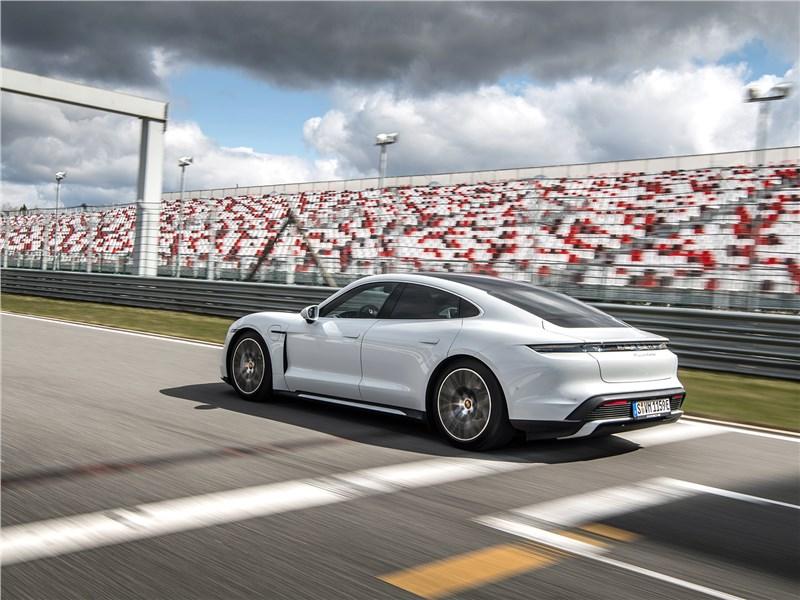 Porsche Taycan 2020 вид сбоку