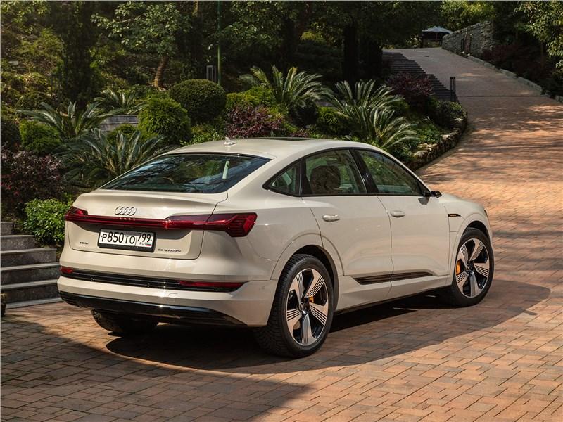 Audi e-tron Sportback (2021) вид сбоку сзади
