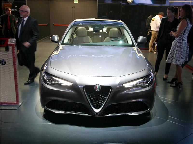 Alfa Romeo Gulia Veloce 2017 вид спереди