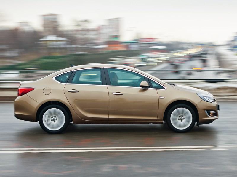 Opel Astra 2012 вид сбоку