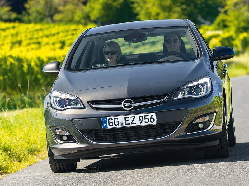 Opel Astra 2013 вид спереди