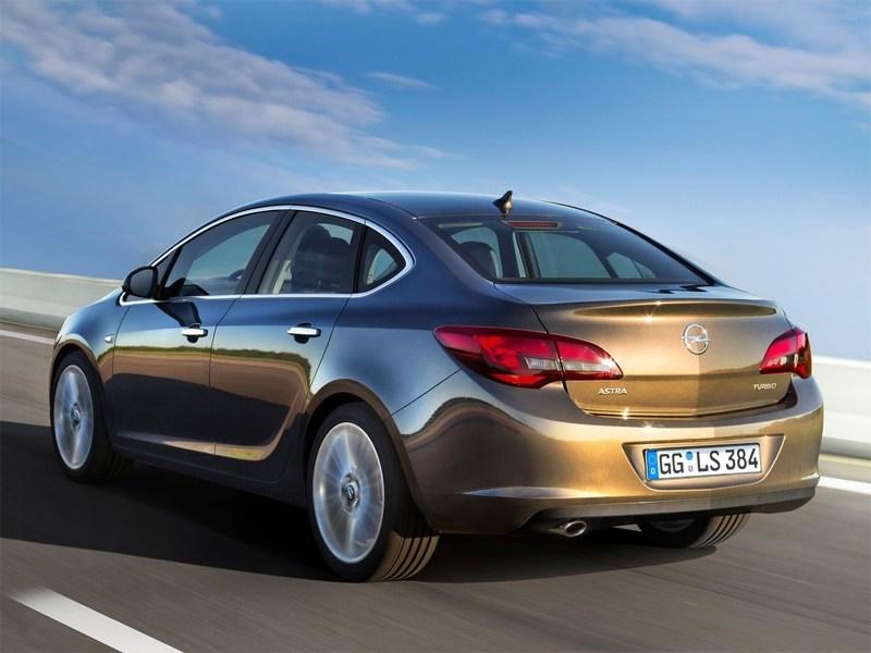 Opel Astra sedan 2013 вид сзади