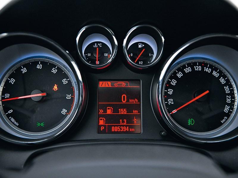 Opel Astra 2012 приборная панель