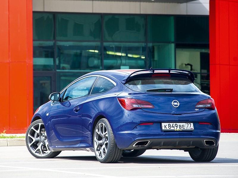 Opel Astra OPC 2013 вид сзади