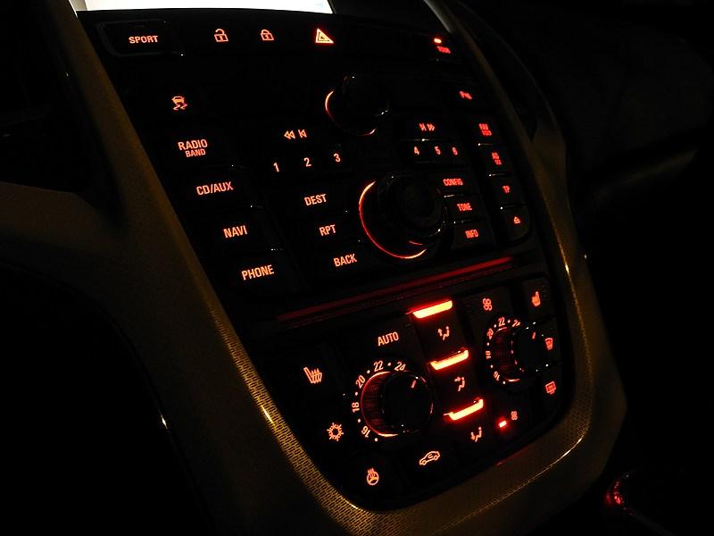 Opel Astra GTC 2012 консоль