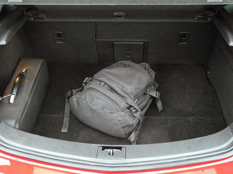 Opel Astra GTC 2012 багажное отделение