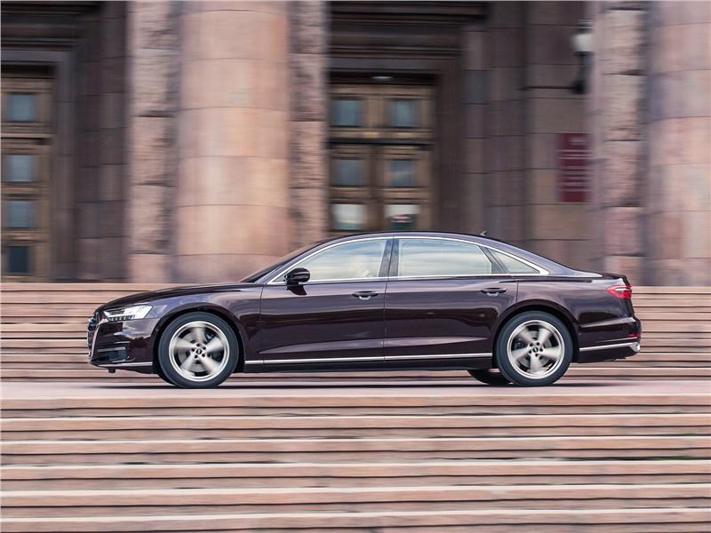 Audi A8 L 2018 вид сбоку