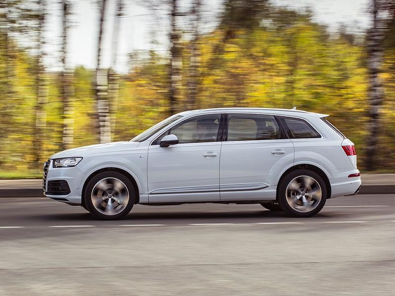 Audi Q7 2015 вид сбоку