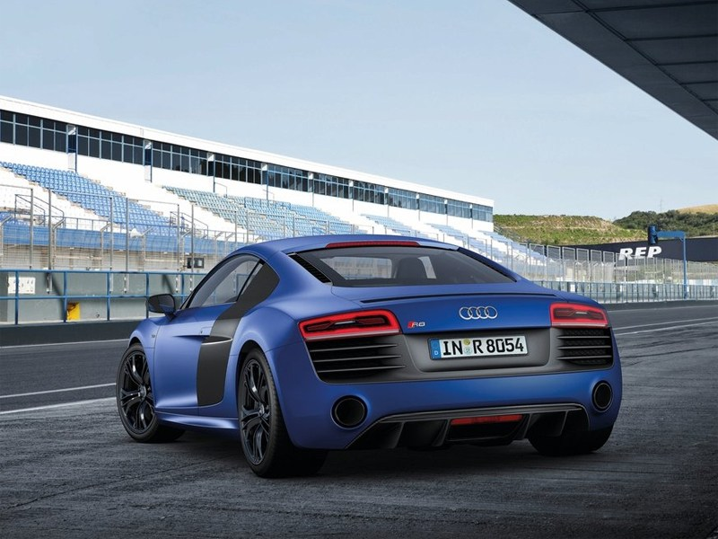 Audi R8 2013 вид сзади