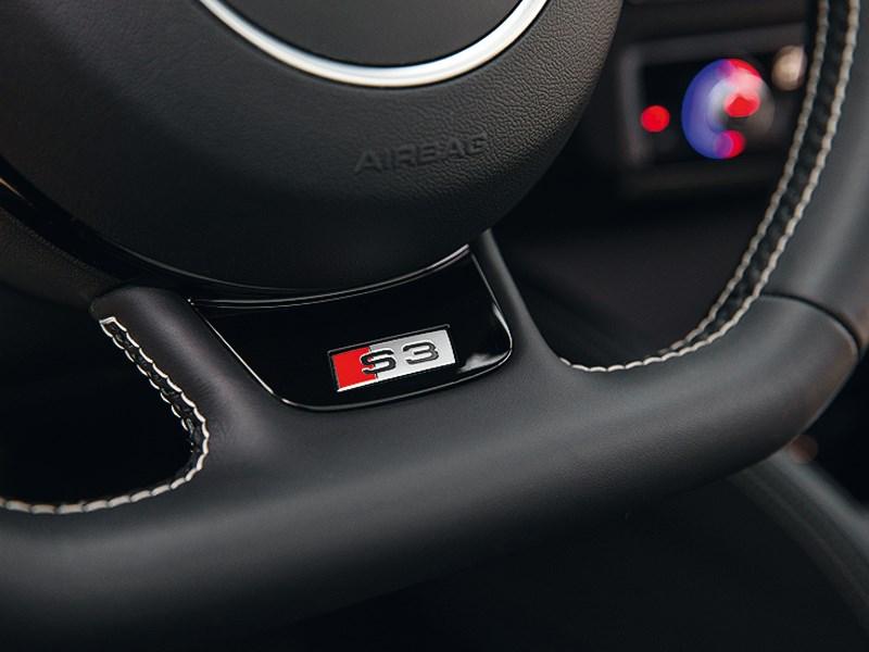 Audi S3 2013 шильдик на руле