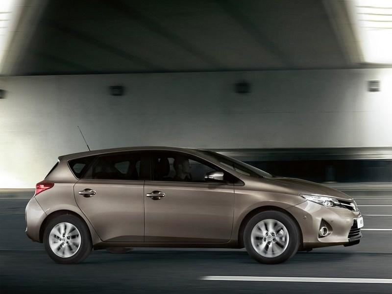 Toyota Auris 2013 вид сбоку